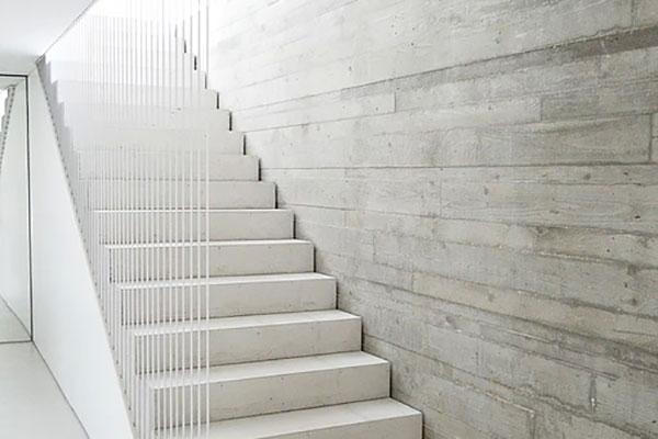 Josef Lehner GmbH Betonstiege und Wand in Holzstruktur